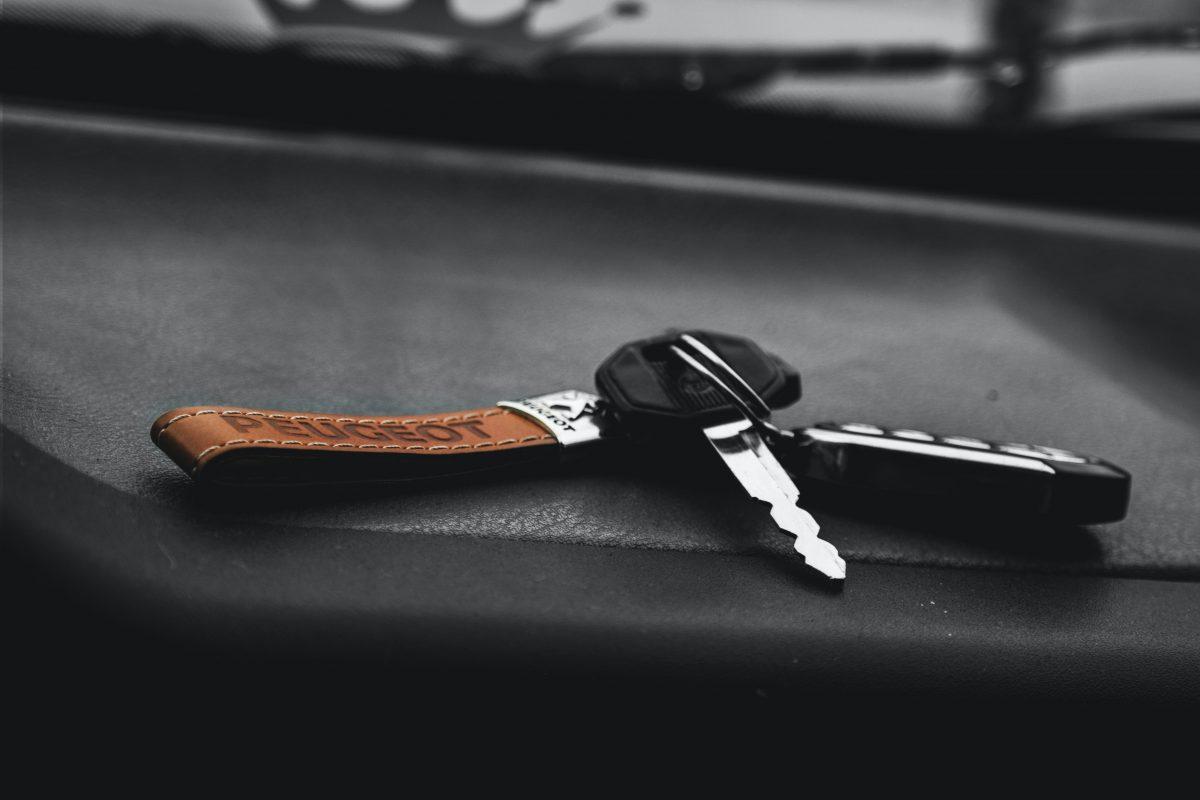 Autosleutel in gesloten auto: wat nu?